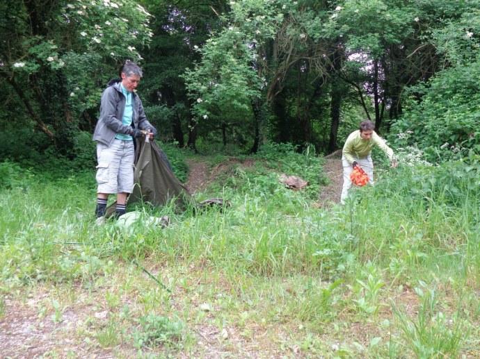 Alex cueille des orties et Via plante la tente