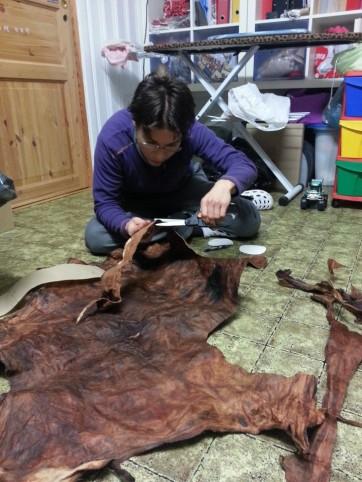 Découpe pour les besaces dans l'atelier de couture à Nina / cuttung the pattern for our bags in Nina's worshop