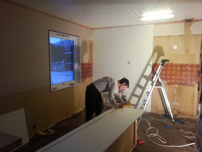 Nous montons rapidement des panneaux en bois dans la nouvelle chambre à coucher, la norme en norvège / we quickly put up the wood panels in the bedroom, all norwegian homes are decorated with these