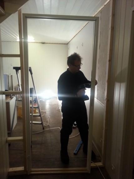 Nous aidons Per Ole à construire le mur et la porte