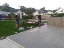 Nous aidons Ståle à peindre sa terrasse