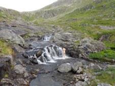 Douche sous l'eau glacée de la cascade